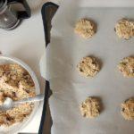 朝食にチョコっと!チアシードとオーツ麦のクッキーの調理風景。